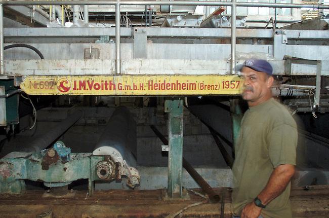 Besetzte Papierfabrik Venepal in Moron im Bundesstaat Carabobo<br /> Seit September 2004 ist die Papierfabrik Venepal (Venezuela Papel) geschlossen der Besitzer hat trotz guter Wirtschaftslage und finanzieller Zusagen der Regierung die Papierherstellung eingestellt. 350 Arbeiter und Angestellte haben daraufhin das Werkbesetzt und fordern die Ueberfuehrung der Farbrik in nationales Eigentum in gemeinsamer Verantwortung von Arbeitern und Staat.<br /> Im Juli 2003 wurde das Werk zum ersten Mal gecshlossen. Die Produktion wurde damals auf Druck der Arbeiter und Zusagen der Regierung wieder aufgenommen, der Firmenchef hielt seine Zusagen jedoch nicht ein.<br /> Dank Unterstuetzung der Bevoelkerung der Umgebung und des Gewerkschaftsdachverbandes UNT halten die Arbeiter im Werk aus und verhandeln mit der Regierung.<br /> 13.11.2004, Moron / Venezuela<br /> Copyright: Christian-Ditsch.de<br /> [Inhaltsveraendernde Manipulation des Fotos nur nach ausdruecklicher Genehmigung des Fotografen. Vereinbarungen ueber Abtretung von Persoenlichkeitsrechten/Model Release der abgebildeten Person/Personen liegen nicht vor. NO MODEL RELEASE! Nur fuer Redaktionelle Zwecke. Don't publish without copyright Christian-Ditsch.de, Veroeffentlichung nur mit Fotografennennung, sowie gegen Honorar, MwSt. und Beleg. Konto: I N G - D i B a, IBAN DE58500105175400192269, BIC INGDDEFFXXX, Kontakt: post@christian-ditsch.de<br /> Bei der Bearbeitung der Dateiinformationen darf die Urheberkennzeichnung in den EXIF- und  IPTC-Daten nicht entfernt werden, diese sind in digitalen Medien nach &sect;95c UrhG rechtlich geschuetzt. Der Urhebervermerk wird gemaess &sect;13 UrhG verlangt.]
