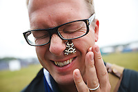 Jonas Elmqvist with at a butterfly in Spring town. Photo: Magnus Fröderberg/Scouterna