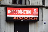 SÃO PAULO. SP 06/05/2014. IMPOSTOMETRO 600 BILHOES -  Impostometro da Associação Comercial de São Paulo (ACSP), localizado na Rua Boa Vista no centro de São Paulo, SP, registra nesta terça-feira (6), R$ 600 Bilhoes em impostos, taxas, e contribuições federais, estaduais e municipais, pagos por os brasileiros desde 1º de janeiro de 2014 ( Foto: Bruno Ulivieri / Brazil Photo Press)