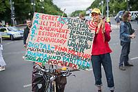 """Etwa 200 Menschen versammelten sich am Samstag den 30. Mai 2020 in Berlin vor dem Brandenburger Tor zu einer Kundgebung um gegen die US-Airbase Rammstein zu protestieren. Von Rammstein aus werden US-Drohnenangriffe im Mittleren Osten, Afrika und Asien durchgefuehrt.<br /> Die Teilnehmer protestierten allerdings auch gegen die angebliche Einfuehrung von Zwangsimpfungen im Zuge der Covid-19 Pandemie, gegen die (mittlerweile aufgehobenen) Einschraenkungen im oeffentlichen Leben zur Eindaemmung der Covid-19 Pandemie. Redner erklaerten mit Verschwoerungsreden, die Corona-Pandemie sei """"ein grosser Plan der Rauten-Koenigin (gemeint ist Bundeskanzlerin Angela Merkel"""".<br /> 30.5.2020, Berlin<br /> Copyright: Christian-Ditsch.de<br /> [NUR FUER REDAKTIONELLE ZWECKE! Werbung nur auf Anfrage beim Fotografen. Inhaltsveraendernde Manipulation des Fotos nur nach ausdruecklicher Genehmigung des Fotografen. Vereinbarungen ueber Abtretung von Persoenlichkeitsrechten/Model Release der abgebildeten Person/Personen liegen nicht vor. NO MODEL RELEASE! Don't publish without copyright Christian-Ditsch.de, Veroeffentlichung nur mit Fotografennennung, sowie gegen Honorar, MwSt. und Beleg. Konto: I N G - D i B a, IBAN DE58500105175400192269, BIC INGDDEFFXXX, Kontakt: post@christian-ditsch.de<br /> Bei der Bearbeitung der Dateiinformationen darf die Urheberkennzeichnung in den EXIF- und  IPTC-Daten nicht entfernt werden, diese sind in digitalen Medien nach §95c UrhG rechtlich geschuetzt. Der Urhebervermerk wird gemaess §13 UrhG verlangt.]"""