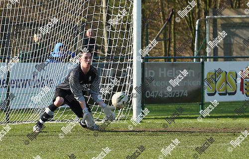 2012-03-11 / Voetbal / KVV Vosselaar- K Witgoor Sport Dessel /  Doelman Sven Van De Waeter weet een vrije trap van Witgoor te stoppen.