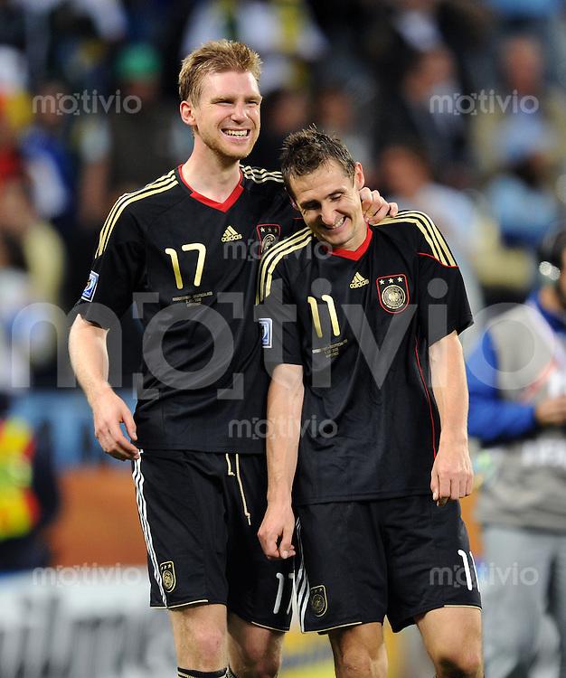 FUSSBALL WM 2010    VIERTELFINALE  03.07.2010 ARGENTINIEN - DEUTSCHLAND Jubel nach dem Abpfiff: Per MERTESACKER (li) und Miroslav KLOSE (re, beide Deutschland)