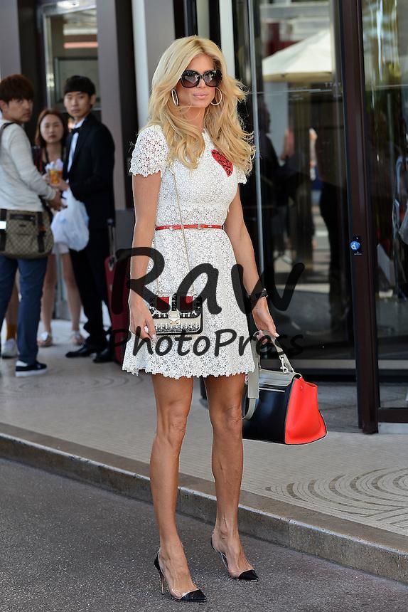 Victoria Silvstedt ha salido de compras durante el Festival de Cannes.<br /> <br /> 197022 Cl&eacute;ment Prioli/Starface 2015-05-18 <br /> Cannes France<br />  The 68th Annual Cannes Film Festival. 68&egrave;me Festival International du film de Cannes. Victoria Silvstedt dans les rues de Cannes.<br /> <br /> <br /> <br /> <br />  Silvstedt, Victoria