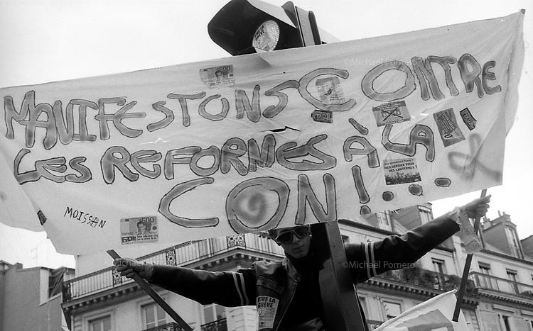 02.10.2010 Paris (&Atilde;&reg;le de france)<br /> <br /> Manifestation contre la r&Atilde;&copy;forme des retraites.<br /> <br /> Protest against pension reform.