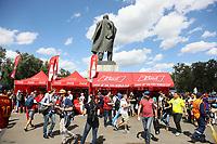 Fans auf dem Weg ins Stadion an den Ständen von Coca-Cola und Budweiser hinter der Lenin-Statue auf dem Vorplatz - 20.06.2018: Portugal vs. Marokko, Gruppe B, 2. Spieltag, Luschniki Stadion Moskau