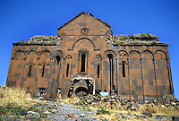 Turchia, Ani, Anatolia orientale. Rovine dell'antica città medioevale capitale del regno di Armenia, nella provincia di Kars, ai confini dell'attuale Armenia. La cattedrale..Turkey Ani, Eastern Anatolia. Ruins of an uninhabited medieval Armenian city-site situated in the Turkish province of Kars near the border with Armenia. It was once the capital of a medieval Armenian Kingdom that covered much of present day Armenia and eastern Turkey. The cathedral..