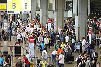 GUARULHOS, SP, 27.12.13 - MOVIMENTAÇÃO AEROPORTO GUARULHOS/SP - Movimentação de Passageiros no Aeroporto Internacional de Guarulhos/SP, às vésperas revéillon, nesta sexta-feira, 27. (Foto: Geovani Velasquez / Brazil Photo Press)