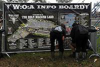"""Waken Open Air 2011 - WOA im beschaulichen Ort Wacken in Norddeutschland - 85 000 Fans der lauteren Töne pilgern zu ihrem Mekka nach Wacken - alle Größen des Heavy Metal Universums geben sich die Ehre - im Bild: Feature Wacken - WOA Info Board - Besucher informieren sich an einem Lageplan des Festivalgeländes """"holy Waken land"""". Foto: aif / Norman Rembarz..Jegliche kommerzielle wie redaktionelle Nutzung ist honorar- und mehrwertsteuerpflichtig! Persönlichkeitsrechte sind zu wahren. Es wird keine Haftung übernommen bei Verletzung von Rechten Dritter. Autoren-Nennung gem. §13 UrhGes. wird verlangt. Weitergabe an Dritte nur nach  vorheriger Absprache. Online-Nutzung ist separat kostenpflichtig.."""