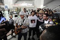 SANTOS, SP, 07 MARÇO 2013 - VELÓRIO CANTOR CHORÃO -Fa durante o velorio..O Corpo do vocalista Alexandre Magno Abrão, o Chorão, da banda Charlie Brown Jr., é velado no ginásio esportivo Arena Santos, nesta quinta-feira, 07, na Baixada Santista. Chorão foi encontrado morto na manhã de hoje, em seu apartamento, em São Paulo. (FOTO: ADRIANO LIMA / BRAZIL PHOTO PRESS).