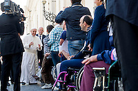 Papa Francesco saluta alcuni malati al termine dell'udienza generale in Piazza San Pietro