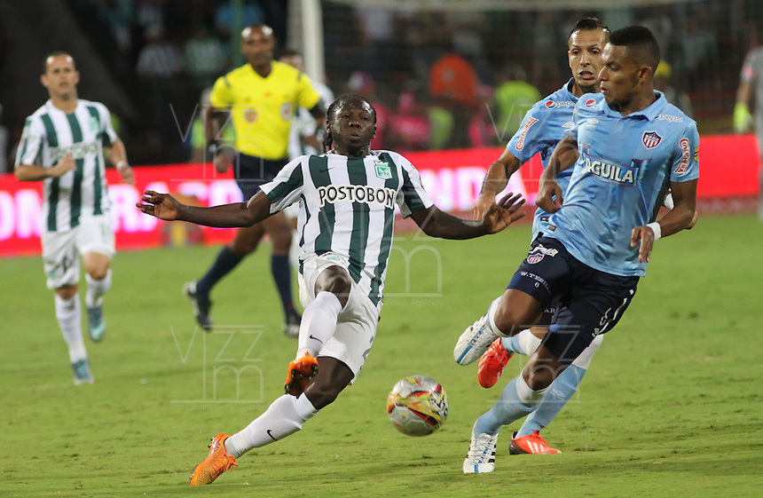 MEDELLÍN -COLOMBIA-20-12-2015. Yimmi Chara (Izq) jugador de Atlético Nacional disputa el balón con William Tesillo (Der) jugador de Atlético Junior durante partido de vuelta de la final de la Liga Aguila II 2015 entre Atlético Nacional y Atlético Junior jugado en el estadio Atanasio Girardot de la ciudad de Medellín. / Yimmi Chara (L) player of Atletico Nacional vies for the ball with William Tesillo(R) player of Atlético Junior during second leg match of the final of Aguila League II 2015 between Atletico Nacional and Atletico Junior played at Atanasio Girardot stadium in Medellin city. Photo: VizzorImage/ Felipe Caicedo / Staff