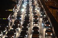 ATENCAO EDITOR: FOTO EMBARGADA PARA VEICULOS INTERNACIONAIS - SAO PAULO, 06 DE SETEMBRO DE 2012 - TRANSITO SP - Transito na Avenida 23 de Maio no sentido centro, altura do Paraiso, no inicio da noite desta quinta feira, vespera de feriado, regiao central da capital. FOTO: ALEXANDRE MOREIRA - BRAZIL PHOTO PRESS