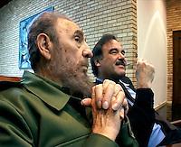 FIDEL CASTRO, El Comandante/Maximo Lider, im Gespräch mit Regisseur OLIVER STONE (2003) KPA / Mediapunchinc