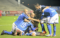 TUNJA -COLOMBIA, 04-10-2014. Jugadores de Millonarios celebran un gol anotado a Patriotas FC durante partido por la fecha 13 de la Liga Postobón II 2014 realizado en el estadio La Independencia de Tunja./ Players of Millonarios celebrate a goal against Patriotas FC during match for the 13th date of Postobon  League II 2014 played at  La Independencia stadium in Tunja. Photo: VizzorImage/ Gabriel Aponte / Staff