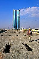Trabalho de manutenção em viaduto São Paulo. 2005. Foto de Juca Martins.