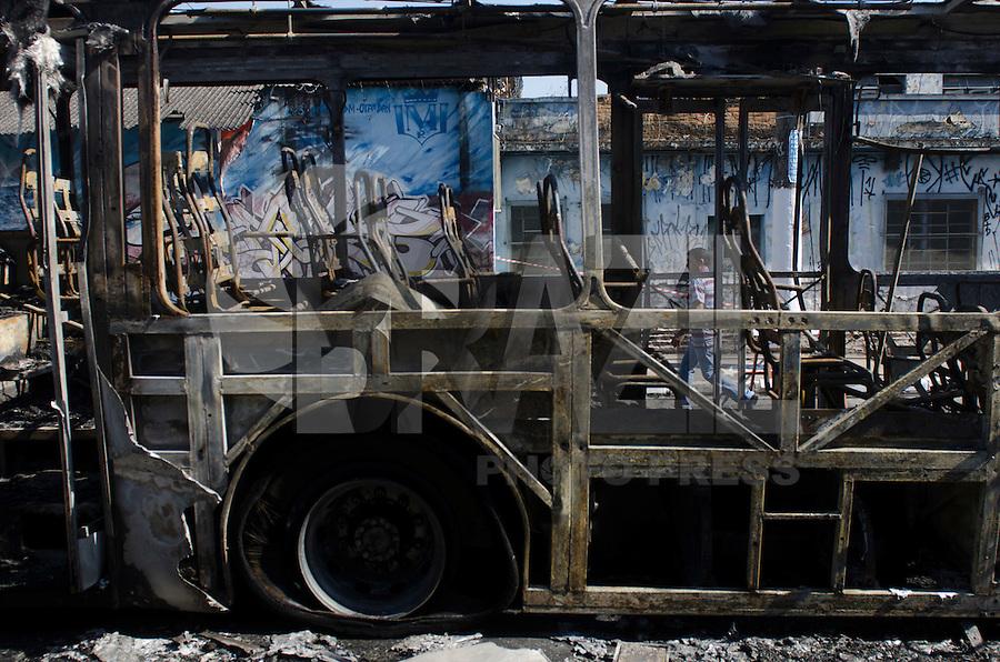 SÃO PAULO,SP, 19.09.2015 – ÔNIBUS INCÊNDIADO – Ônibus incendiado avenida Yervant Kissajikian, altura do número 900, no bairro Cidade Ademar, zona sul de São Paulo na tarde deste sabado, 19. Este já é o terceiro ônibus incendiado na região em menos de 24 horas. (Foto: Levi Bianco / Brazil Photo Press)