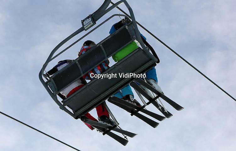 Foto: VidiPhoto<br /> <br /> ALPBACH - Wintersporters in het het skigebied Ski-Juwel Wildsch&ouml;nau-Alpbachtal in de buurt van het Oostenrijkse Kufstein in Tirol. Op dit moment ligt er door de hoge temperaturen zo weinig sneeuw, dat er iedere avond kunstsneeuw wordt &lsquo;bijgemaakt&rsquo;. Om de wintersportindustrie 'op de piste te houden' zet Oostenrijk fors in op kunstsneeuw. Dit seizoen alleen al wordt 88 miljoen euro in kunstsneeuwpistes ge&iuml;nvesteerd, meldde vrijdag de betrokken vakvereniging vanuit Wenen. De wintersportsector in Oostenrijk kan een omzetverlies van 900 miljoen euro lijden, als er aan het begin van de skitijd geen sneeuw ligt. Dat komt vooral omdat mensen uit de buurt het dan laten afweten en niet meer even gaan ski&euml;n. Het is vooral zacht weer aan de noordkant van de Alpen.