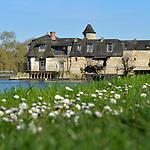 Le moulin-écluse de la Roussière sur la Mayenne à la Membrolle-sur-Longuenée (49).
