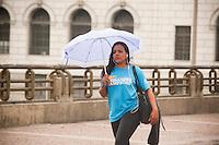 SAO PAULO, SP, 03.11.2015 - CLIMAS-SP - Pedestres se protegem da chuva no Viaduto do Chá no centro da cidade de São Paulo nesta terça-feira, 03. (Foto: Gabriel Soares/ Brazil Photo Press)