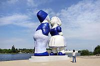 Nederland  Amsterdam - mei 2018. Westelijk Havengebied.  Kissing Couple XXXL van de kunstenaar Saske van Eerden bij de Hembrugpont.   Foto: Berlinda van Dam / Hollandse Hoogte