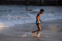 RIO DE JANEIRO, RJ, 21.11.2014 - CLIMATEMPO - PRAIA DE COPACABANA - Banhistas aproveitam o tempo bom durante o feriado prolongado de Zumbi dos Palmares na praia de Copacabana, zona sul da cidade, nesta sexta-feira, 21. (Foto: Gustavo Serebrenick / Brazil Photo Press)