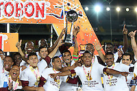 BOGOTA -COLOMBIA, 12- NOVIEMBRE-2014.Jugadores  del  Deportes Tolima levantan la copa que los acredita como campeones de la Copa Postobon 2014-2  .Partido   de La final de La Copa  Postobón  2014-2. Estadio  Nemesio Camacho El Campin   / Players  of Deportes Tolima raises the cup certifying them as Cup champions Postobón 2014-2 .Match of The end of The Postobón Cup 2014-2.Nemesio Camacho El Campin stadium Photo: VizzorImage / Felipe Caicedo / Staff