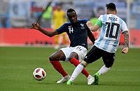 KAZAN - RUSIA, 30-06-2018: Blaise MATUIDI (Izq) jugador de Francia disputa el balón con Lionel MESSI (C) (Der) jugador de Argentina durante partido de octavos de final por la Copa Mundial de la FIFA Rusia 2018 jugado en el estadio Kazan Arena en Kazán, Rusia. / Blaise MATUIDI (L) player of France fights the ball with Lionel MESSI (C) (R) player of Argentina during match of the round of 16 for the FIFA World Cup Russia 2018 played at Kazan Arena stadium in Kazan, Russia. Photo: VizzorImage / Julian Medina / Cont