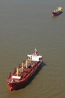 Navios aguardam embarque no porto de Vila do Conde no rio Par&aacute;. <br /> Companhia Docas do Par&aacute;.<br /> Barcarena, Par&aacute;, Brasil<br /> Foto Paulo Santos<br /> 2008