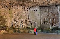 France, Dordogne (24), Brantôme, l'abbaye Saint-Pierre de Brantôme, la grotte ou chapelle du Jugement dernier, grand bas-relief à gauche du Jugement dernier et la Crucifixion à droite, en haut, pigeonnier