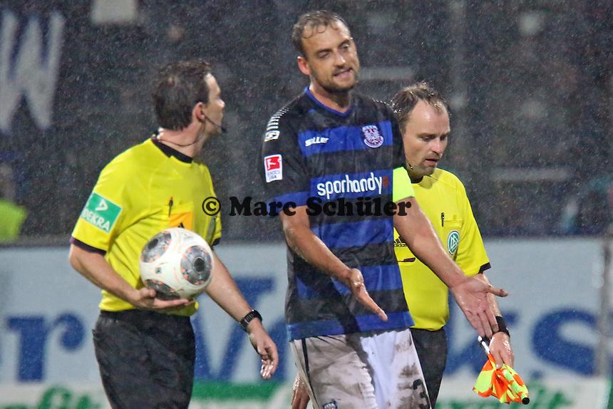 Björn Schlicke (FSV) redet auf Schiedsrichter Guido Winkmann ein - FSV Frankfurt vs. 1. FC Kaiserslautern, Frankfurter Volksbank Stadion