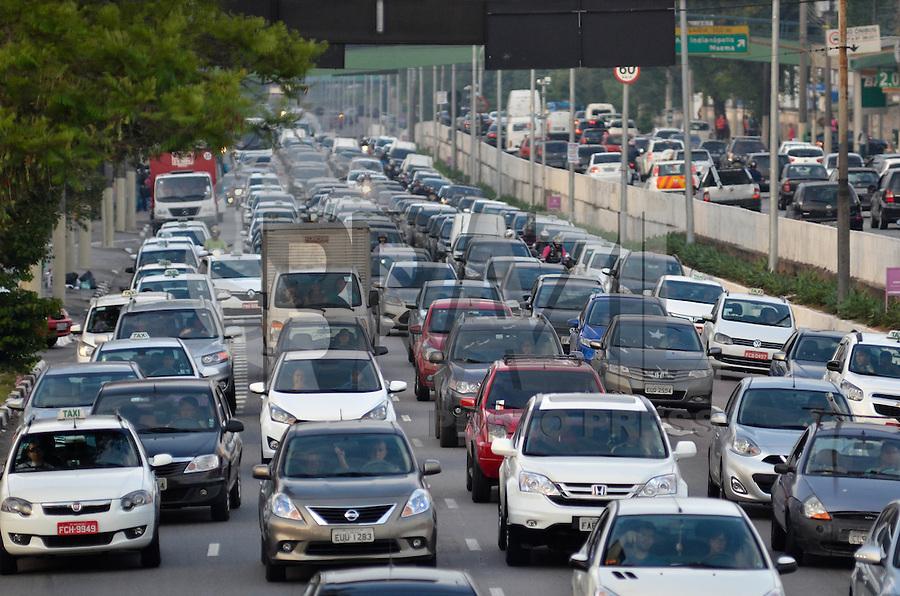 SÃO PAULO, SP, 02.10.2015 – TRÂNSITO-SP - Transito congestionado na Av. Moreira Guimarães, próximo ao aeroporto de Congonhas, zona sul de São Paulo na tarde desta sexta feira. (Foto: Levi Bianco/Brazil Photo Press)