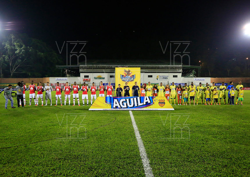 FLORIDABLANCA - COLOMBIA -14 -02-2016: Los jugadores de Atletico Bucaramanga e Independiente Santa Fe, durante partido entre Atletico Bucaramanga e Independiente Santa Fe, por la fecha 3 de la Liga Aguila I 2016, jugado en el estadio Alvaro Gomez Hurtado de la ciudad de Floridablanca. / The players of Atletico Bucaramanga and Independiente Santa Fe, during a match between Atletico Bucaramanga and Independiente Santa Fe, for the date 3 between of the Liga Aguila I 2016 at the Alvaro Gomez Hurtado stadium in Floridablanca city. Photo: VizzorImage. / Duncan Bustamante / Cont