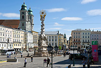 Oesterreich, Oberoesterreich, Linz: Kulturhauptstadt Europas 2009 - Hauptplatz mit Dreifaltigkeitssaeule von 1717 und dem Alten Dom (Jesuitenkirche) von 1669  | Austria, Upper Austria, Linz: European capital of culture 2009 - Hauptplatz (main square) with Trinity Column from 1717 and Old Cathedral (Jesuit church) from 1669