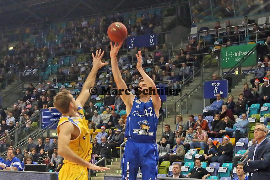 Aaron Doornekamp (Skyliners) wirft gegen Tim Abromaitis (Braunschweig) - Fraport Skyliners vs. Loewen Braunschweig, Fraport Arena Frankfurt