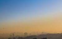 SAO PAULO, SP - 05.07.2016 - CLIMA-SP - Neblina e clima seco compõe vista do amanhecer na zona sul da capital paulista na manhã desta terça-feira (05). São Paulo completa 22 dias sem chuvas e com atenção para a umidade do ar com o clima seco. (Foto: Fabricio Bomjardim / Brazil Photo Press)