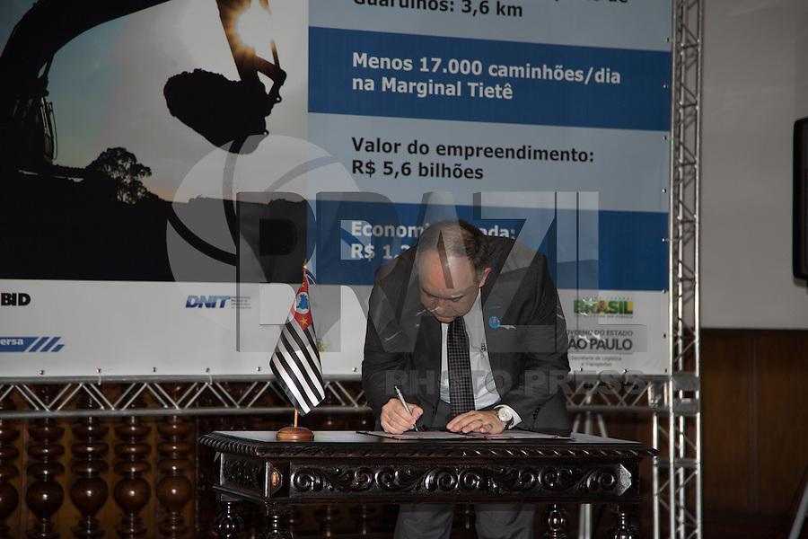 ATENÇÃO EDITOR: FOTO EMBARGADA PARA VEÍCULOS INTERNACIONAIS. SAO PAULO, SP, 07 DE FEVEREIRO DE 2013. ASSINATURA DE CONTRATOS PARA AS OBRAS DO RODOANEL MARIO COVAS - TRECHO NORTE. o presidente do Dersa, Lawrence Casagrande,  durante a assinatura  dos contratos das obras do Rodoanel Norte. A Construtora OAS Ltda, a Acciona Infraestructuras S/A e os consórcios formados pelas empresas Mendes Júnior/Isolux Corsán e Construcap/Copasa foram os vencedores da licitação internacional para a construção do último trecho do anel viário. FOTOS ADRIANA SPACA/BRAZIL PHOTO PRESS