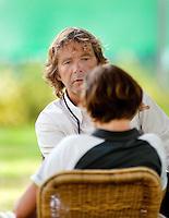 3-8-09, Asten,NJK, Coach Flip van Betuw praat in op een van zijn pupillen voor de partij.