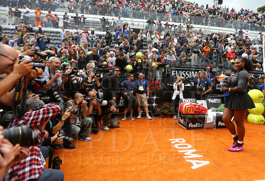 La statunitense Serena Williams mostra il trofeo vinto nella finale femminile degli Internazionali d'Italia di tennis a Roma, 15 maggio 2016.<br /> United States' Serena Williams holds the trophy after winning the women's final match of the Italian Open tennis in Rome, 15 May 2016.<br /> UPDATE IMAGES PRESS/Riccardo De Luca