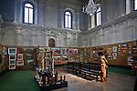Wnętrze dawnej synagogi w Lesku, obecnie galeria sztuki