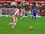 4th November 2017, bet365 Stadium, Stoke-on-Trent, England; EPL Premier League football, Stoke City versus Leicester City; Joe Allen of Stoke City lays the ball off for a Stoke attack