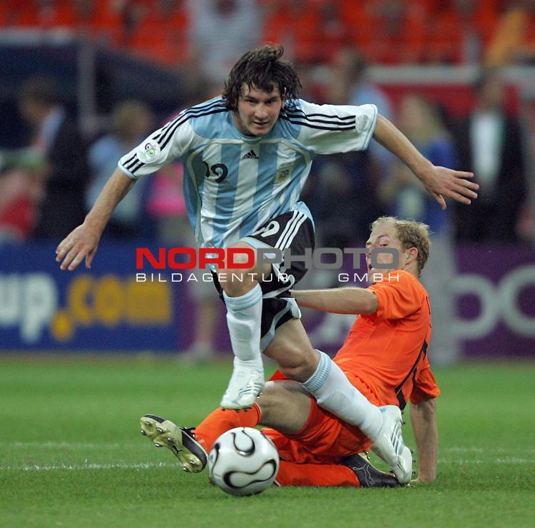 FIFA WM 2006 -  Gruppe C Vorrunde ( Group C )<br /> Play     #37 (21-Jun) - Niederland ( Holland ) - Argentinien<br /> <br /> Lionel Messi (links) von Argentinien im Zweikampf mit Denny Landzaat (rechts) von Niederlande.<br /> <br /> Foto &copy; nordphoto