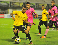 BARRANCABERMEJA -COLOMBIA, 24-08-2016.  Nelson Barahona (Izq) jugador de Alianza Petrolera disputa el balón con Juan Alejandro Mahecha (Der) de Boyacá Chicó FC durante encuentro válido por la fecha 3 de la Liga Aguila II 2016 disputado en el estadio Daniel Villa Zapata de la ciudad de Barrancabermeja./ Nelson Barahona (L) player of Alianza Petrolera fights for the ball with Juan Alejandro Mahecha (R) player of Boyaca Chico FC during match valid for the date 3 of the Aguila League I 2016 played at Daniel Villa Zapata stadium in Barrancebermeja city. Photo:VizzorImage / Jose Martinez / Cont