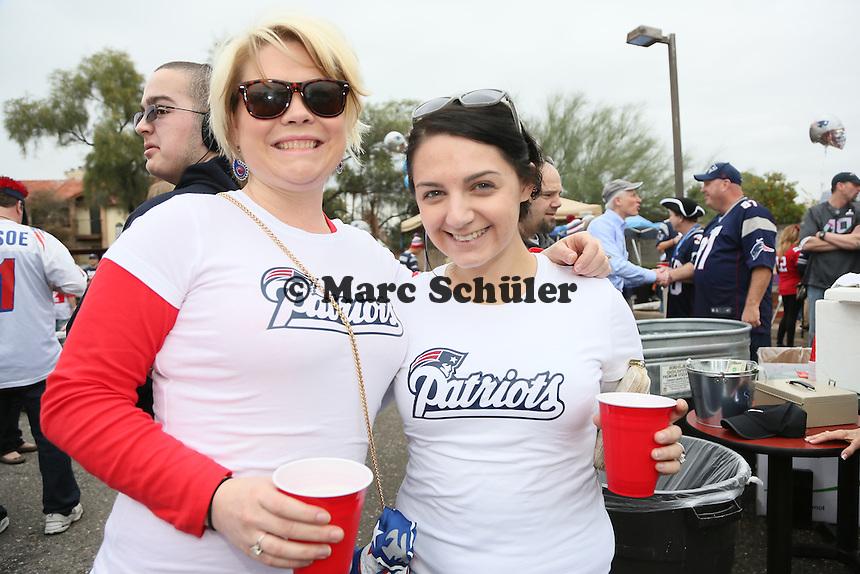 Amber und Christine Casali aus Tucson mit ihrem T-Shirt zum Deflategate-Skandal - New England Patriots Fanclub Arizona Fan Rally in Phoenix