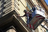 Roma 10 Settembre 2010.I Vigili del Fuoco intervengono in via Lamarmora al quartiere  Esquilino con un autoscala per dei cornicioni pericolanti