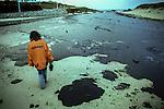 November 2002-Playa de barrañan, Arteixo, A Coruña. The Prestige tanker broke apart and sank November 19 off the coast of Spain, spilling an estimated 17,000 tons of oil into the sea and taking 60,000 tons to the bottom with it. © Pedro Armestre..El desastre del Prestige se produjo cuando un buque petrolero monocasco resultó accidentado el 13 de noviembre de 2002, mientras transitaba cargado con 77.000 toneladas de petróleo, frente a la costa de la Muerte, en el noroeste de España, y tras varios días de maniobra para su alejamiento de la costa gallega, acabó hundido a unos 250 km de la misma. La marea negra provocada por el vertido resultante causó una de las catástrofes medioambientales más grandes de la historia de la navegación, tanto por la cantidad de contaminantes liberados como por la extensión del área afectada, una zona comprendida desde el norte de Portugal hasta las Landas de Francia. El episodio tuvo una especial incidencia en Galicia, donde causó además una crisis política y una importante controversia en la opinión pública..El derrame de petróleo del Prestige ha sido considerado el tercer accidente más costoso de la historia. © Pedro Armestre