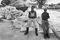 - Mozambique 1993, village occupied by anti-government rebels of RENAMO in the province of Sofala; humanitarian aids of the World Food Program<br /> <br /> - Mozambico 1993,  villaggio occupato da ribelli antigovernativi della RENAMO in provincia di Sofala; aiuti umanitari del World Food Program