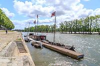 France, Loiret (45), Orléans, val de Loire classé patrimoine mondial de l'UNESCO, quai de Loire et toue cabanée // France, Loiret, Orleans, Loire Valley listed as World Heritage by UNESCO, Loire quay and traditional boat