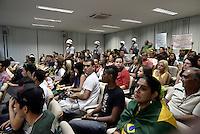 BARRETOS, SP, 24.06.2013 - PROTESTO BARRETOS - Manifestantes realizam protesto dentro da Camara Municipal do Municipio, na noite desta segunda-feira, 24. (Foto: Guilherme Soares / Brazil Photo Press).