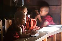 Myanmar, (Burma), Mandalay-Division, Mandalay: young monks at school | Myanmar (Birma); Mandalay-Division; Mandalay: junge Moenche beim Unterricht