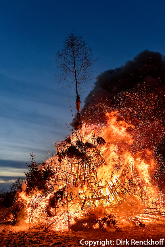 Rauchwolken beim Osterfeuer, Feuer Viereck, in Hamburg Blankenese, Deutschland<br /> clouds of fume at Easter bonfire, bonfire Viereck, in Hamburg Blankenese, Germany, Europe